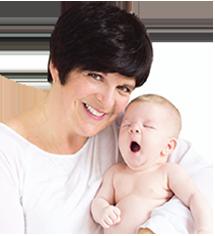 Photographie de Marie Fortier portant un bébé dans ses bras.