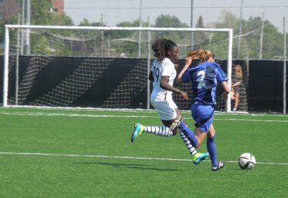 Photographie de deux jeunes femmes jouant au soccer