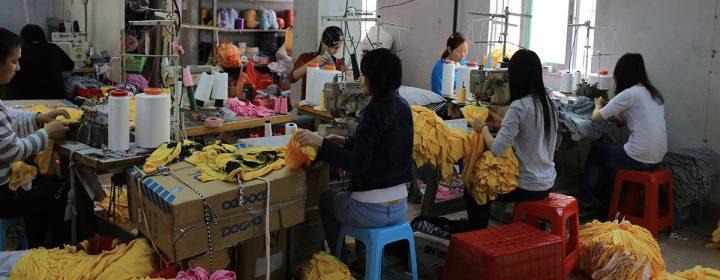 Photographie de trabailleuses dans une usine de vêtements.