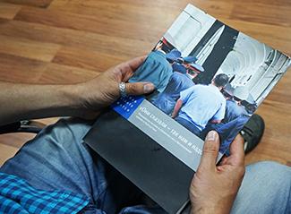 Jeune homme lisant le rapport Human Rights.