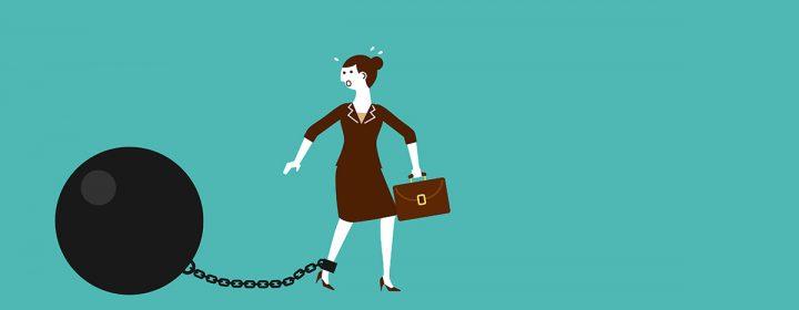 Image d'une femme traînant un gros boulet noir.
