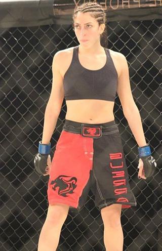 Photographie de Rachel Abou Abdallah avec des gants de boxe.