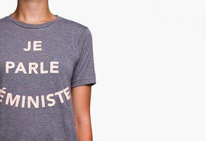 Jeune femme portant un gilet avec l'inscription Je parle féministe.