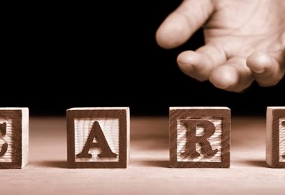 Photographie d'une main tendue avec le mot care.