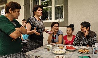 Photographie des femmes Arméniennes autour d'une table.