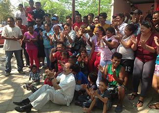 Photographie des migrants accompagné du Père Solalinde.