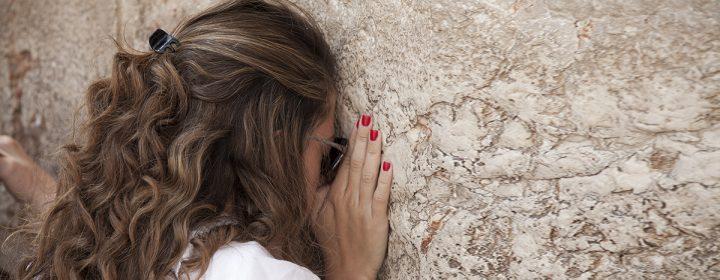 Jeune femme priant au mur des Lamentations.