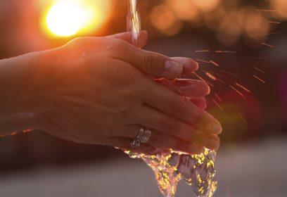 Une jeune femme se lavant les mains.