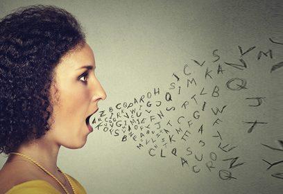 Femme parlant lettres alphabète sortant de sa bouche.