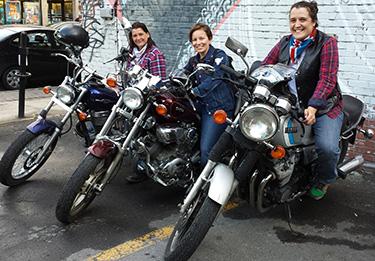Trois femmes en moto.