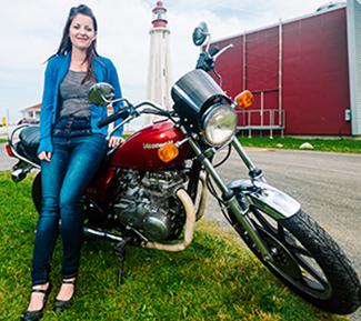 Andrée-Anne Côté sur sa moto.