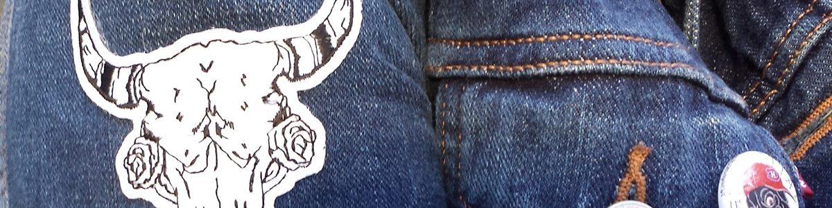 Un veston jeans avec des appliqués.