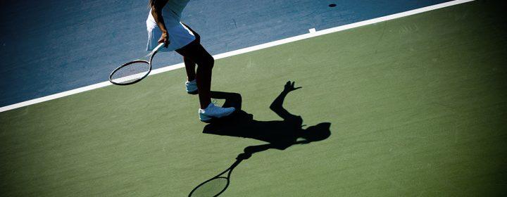 Une femme jouant au tennis.
