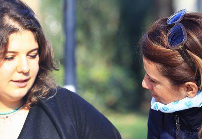 Deux jeunes femmes discutant.