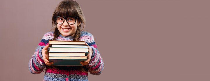 Une jeune fille portant plusieurs livres.