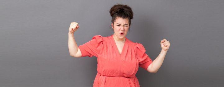 Femme de taille forte avec une robe rouge.