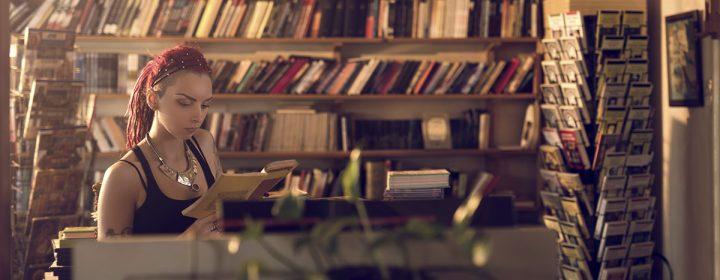 Jeune femme lisant dans une bibliothèque.