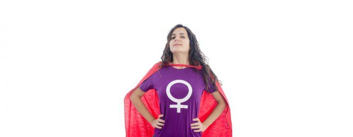 Jeune femme portant un t-shirt avec le sigle de la femme.