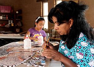 Photo de mère avec sa fille fabriquant une mosaïque.