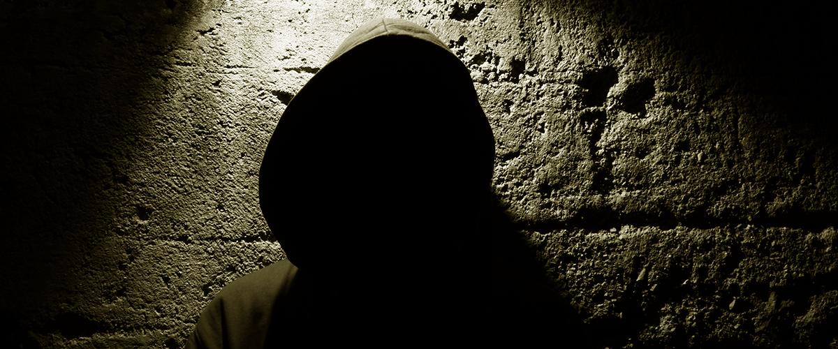 Ombre d'un adolescent sur un mur.