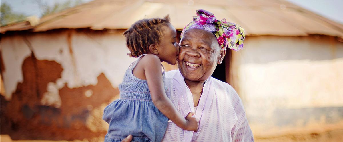 Grand-mère tenant une petite fille dans ses bras.