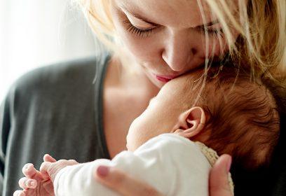 Maman embrassant son nouveau-né.