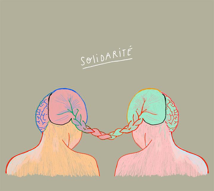 Deux filles de dos dont les cheveux s'entremêlent et forment une tresse.