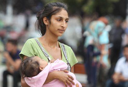 Jeune mère avec son enfant dans les bras.