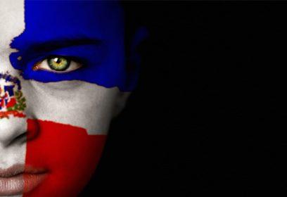 Photographie d'un visage de femme maquillé comme le drapeau de la République.