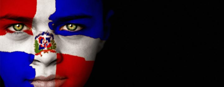 Photographie d'un visage de femme maquillé comme le drapeau de la Républi