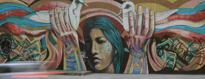 Photographie d'une peinture sur un mur .