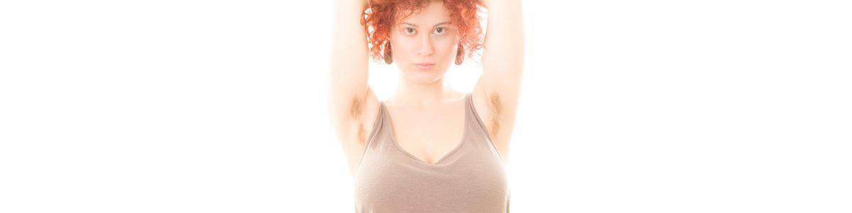 Photographie d'une femme avec du poil aux aisselles.