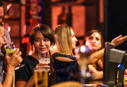 Photographie de jeunes dans un bar.