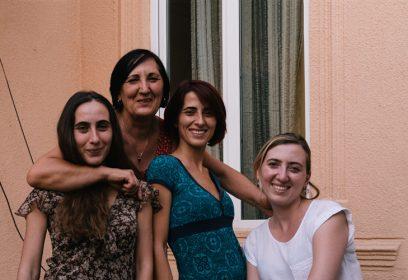 Photographie de 4 femmes souriantes.