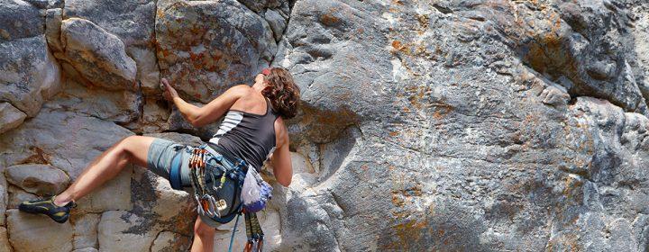 Photographie d'une femme faisant de l'alpinisme.