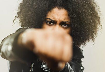 Photographie d'une femme menaçant de donner un coup de poing.