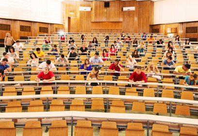 Photographie d'une grande classe à l'université.