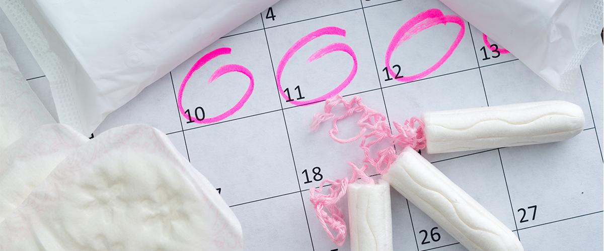 Photographie de tampon hygiénique sur posés sur un calendrier.