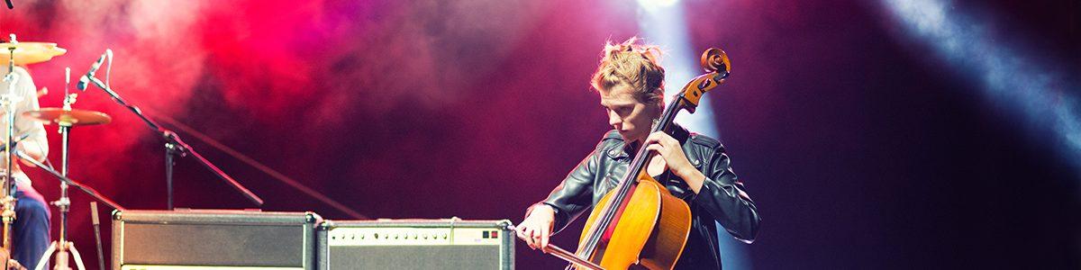 Photo d'une femme jouant du violoncelle.