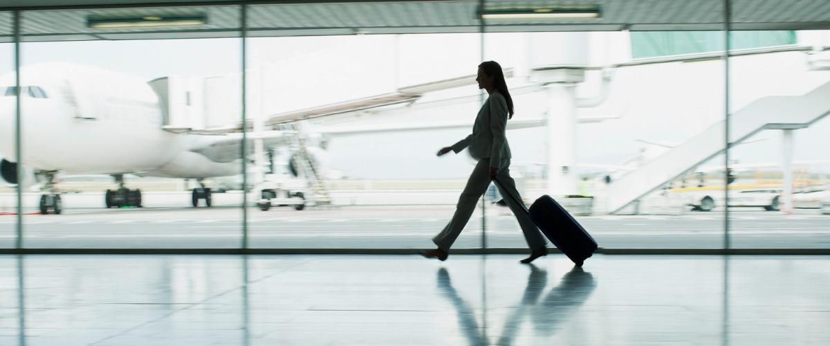Femme à l'aéroport.