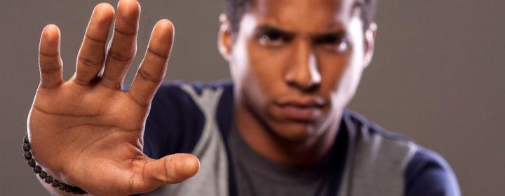 Portrait d'un homme dont la main est tendue