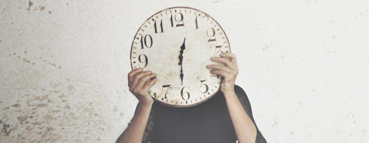 Midi trente sur une horloge.